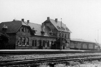 Zörbiger Bahnhof im Jahre 1938. Es ist deutlich zu erkennen, das der Güterschuppen erweitert wurde. Auch ein Kran, für den Warenumschlag, war damals vorhanden.