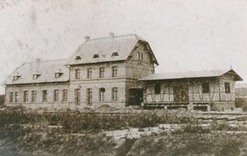 Fertiggestellter Bahnhof Zörbig, mit kurzer Güterhalle im rechten Bildrand. Die Aufnahme entstand von der Bahnsteigseite her.