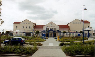 Neugestalteter Bahnhofsbereich in Bitterfeld, der nach dem Umbau in einem neuem Glanz erstrahlt. Er belegte im Jahr 2001 den 3. Platz nach einer Bahnumfrage zu Deutschlands schönsten Bahnhöfen.