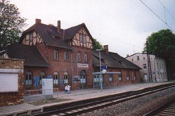 Die zwei Bahnhofsgebäude in Stumsdorf stehen noch heute. Geöffnet haben sie aber schon lang nicht mehr.