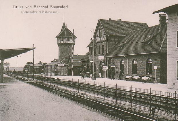Stumsdorfer Bahnhof um 1903. Der Wasserturm gehörte damals noch zum täglichen Bahnhofsbild.