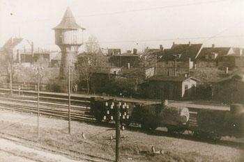 Blick auf die Gleisanlagen des Zörbiger Bahnhofes, im Jahre 1953. Unweit des Bahnhofes stand zu dieser Zeit noch der Wasserturm.