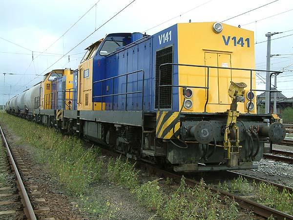 In Bitterfeld stehen am 13.09.2003 die heutigen Veolia-Loks V 141 und V 146 mit einem kurzen Güterzug.