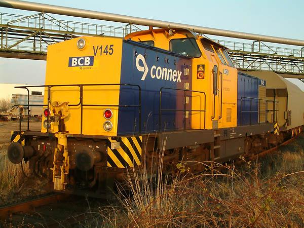 In der sonnigen Abenddämmerung des 11.04.2004 steht auf dem Regiobahn-Gelände die V 145 als V100 003. Sie gehört der Bayrischen Cargo Bahn (BCB), eine weitere Tochtergesellschaft der Veolia-Gruppe.