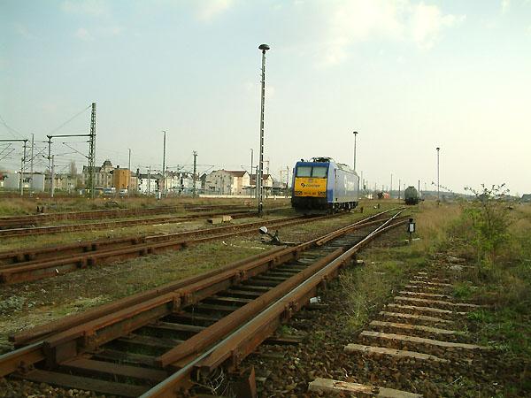 Ohne elektrischen Fahrdraht steht die Connex 185-CL 001 am 16.04.2004 auf einem Abstellgleis in Bitterfeld. Das Bitterfeld mal ein wichtiger Güterbahnhof war, beweist die Wagenbremse im Bildervordergrund.