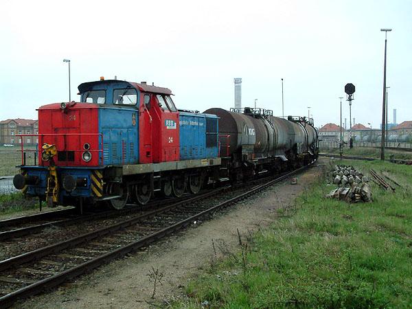 Auch an den Wochenenden bedient das Bahnunternehmen ihre Güterkunden im Chemiepark. Auf den Weg in das benachbarte Gewerbegebiet bei Greppin, ist am 24.04.2004 die Lok 24 mit einigen Kesselwagen unterwegs.