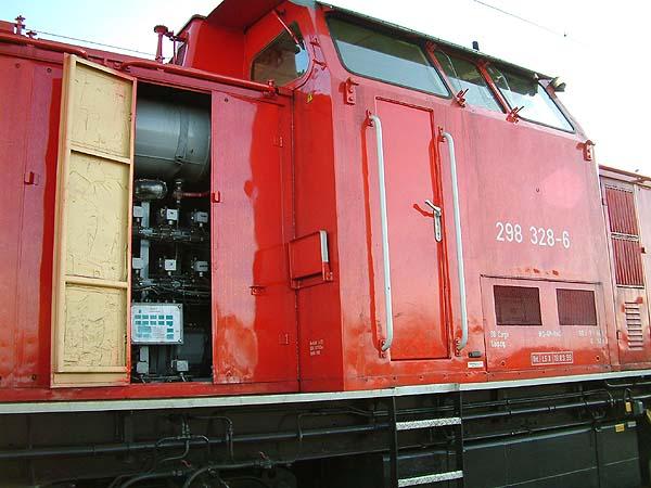 Offene Motorentür der V100.