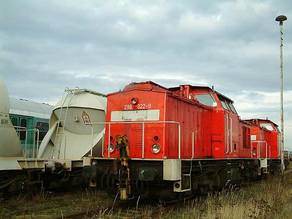 Eine Ruhepause gönnen sich am 17.01.2004 auf dem Bitterfelder Bahngelände, die Railion-Loks 298 322 und 298 156.