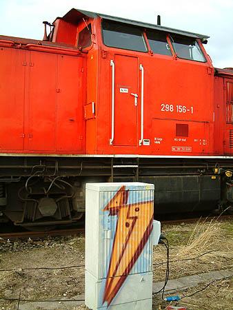 Um die Loks warm halten zu können, werden diese an ein spezielles Kabel gehängt.<br>Anmerkung: Dieser Kasten wurde nachträglich installiert. Zuvor mussten die Maschinen bei der Konkurenz (Regiobahn Bitterfeld RBB) abgestellt werden.