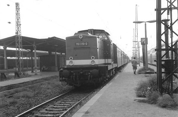 Mit einem Personenzug nach Stumsdorf steht am 11.09.86 die 110 018 am Bahnsteig 5 des Bahnhofs Bitterfeld.