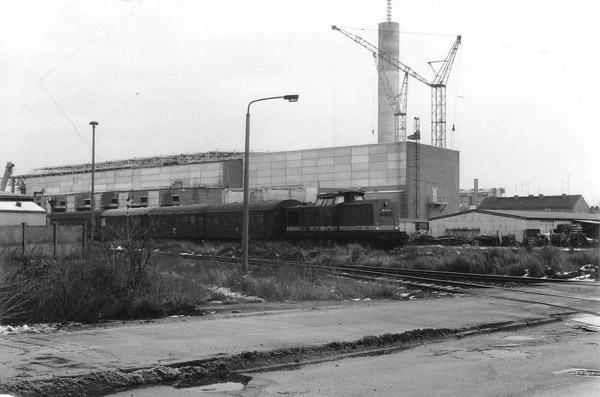 Am kalten und grauen Wintertag des 19.12.1988 bringt die 110 013 ihren Personenzug nach Stumsdorf.<br>Auf dem Bild fährt sie gerade in den Haltepunkt Grube Antonie ein.