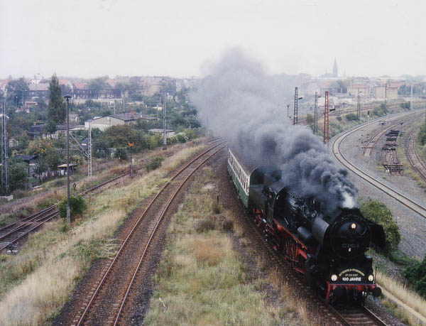 Mit zahlreichen Sonderfahrten wurde am 27.09.1997 das 100jährige Streckenjubiläum der Saftbahn gefeiert. Eine Diesellok der BR 202 und eine Dampflok der BR 52 pendelten mit drei Halberstädter-Reisezugwagen für einen Tag zwischen Bitterfeld und Stumsdorf.