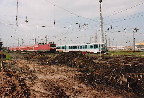 Durch die komplette Neugestaltung und Sanierung der Gleisanlagen in Bitterfeld, mussten die Züge schon im Jahr 1998 über benachbarte Bahnsteiggleise umgeleitet werden. Am 11.07.1998 treffen sich der ausfahrende RE 3906 mit 112 085 nach Dessau und der einfahrende 628 583 als RB 17810 aus Stumsdorf in der Bitterfelder Großbaustelle.