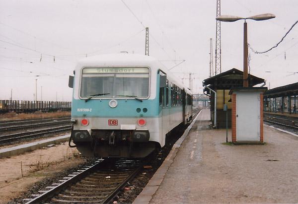 Neuer Zug am alten Bahnsteig. Noch bis ins Jahr 2000 müssen sich die Bahnreisenden auf den neuen Bahnsteig in Bitterfeld gedulden. Als RB 17809 steht am Bahnsteig 6 der Leipziger 628 598 nach Stumsdorf.
