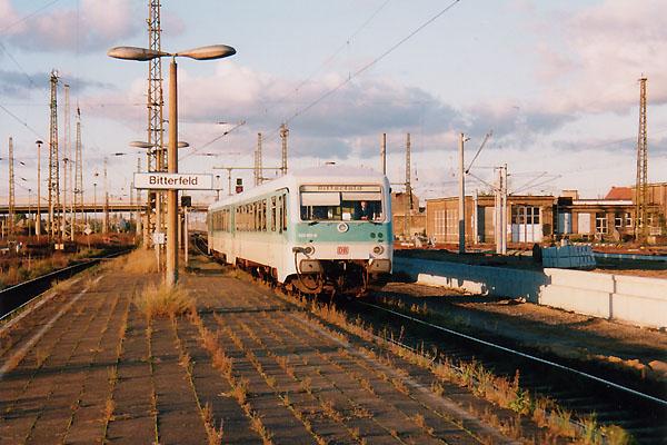 Aus Stumsdorf kommt am 15.11.1999 der Regionalzug am Bitterfelder Bahnsteig 5-6 mit Triebwagen 928 581 zum stehen. Sechs Monate später wird auch er umgebaut.