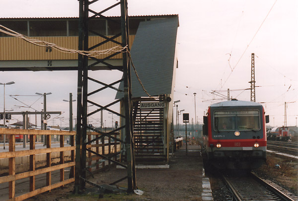 Durch die Bahnsteig- und Tunnelerneuerung war es notwendig geworden, eine Behelfsbrücke zu installieren. Ein Triebwagen der BR 628 wartet am Bahnsteig 6 auf Fahrgäste.