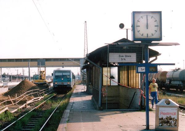 Am 03.09.1999 waren die Umbau- und Modernisierungsarbeiten im Bahnhof Bitterfeld am Bahnsteig 3 / 4 voll im Gange. Der Bahnsteig 5 / 6 an dem die RB 37487 mit 628 595 steht, blieb von diesen Arbeiten noch verschont.