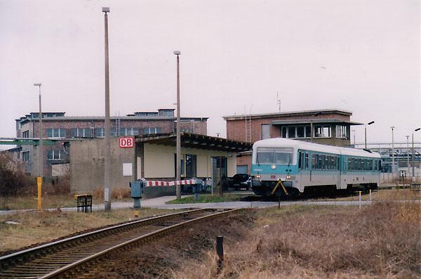 In Grube Antonie ist am 12.03.2000 der 628 595 zum stehen gekommen. Nach kurzem Halt wird er den Bahnhof Bitterfeld entgegen fahren.