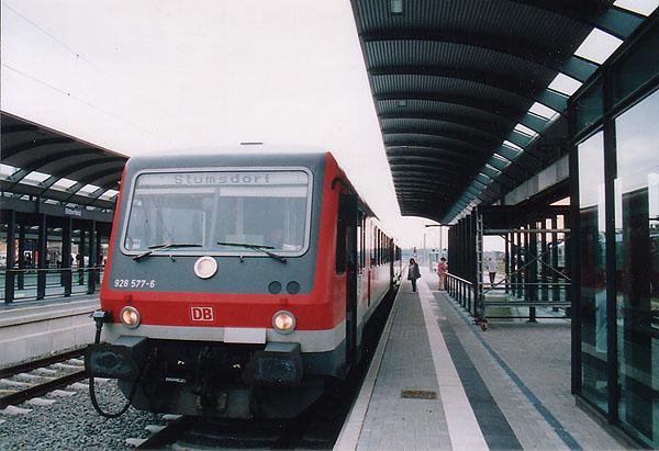Der 5. Sachsen-Anhalt Tag, der in Bitterfeld ausgetragen wurde, bescherte der Saftbahn einen großen Ansturm an Bahnfahrgästen, denn günstiger und bequemer konnte man zum Veranstaltungsort nicht reisen. Am 10.09.2000 wird die RB 37483 in Form des Triebwagens 628 577 wenigen Augenblicken die Rückfahrt nach Stumsdorf antreten, um weitere Veranstaltungsbesucher abzuholen.
