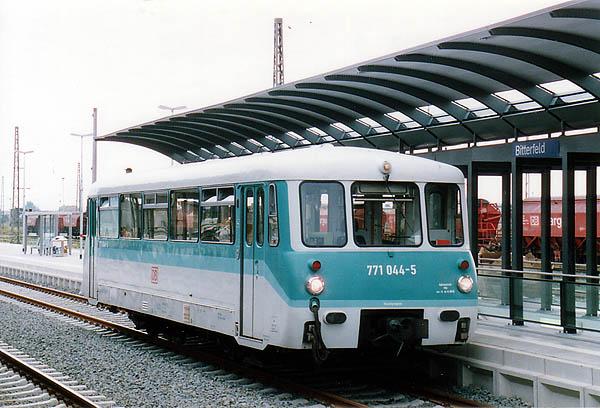 Nach einer sechs monatigen Zwangspause, wegen der Bahnsteigerneuerung im Bahnhof Bitterfeld, fuhren wieder Züge in Richtung Stumsdorf. Am 02.08.00 wartet der 771 044 auf Bahnreisende am neuen Bahnsteig 5.