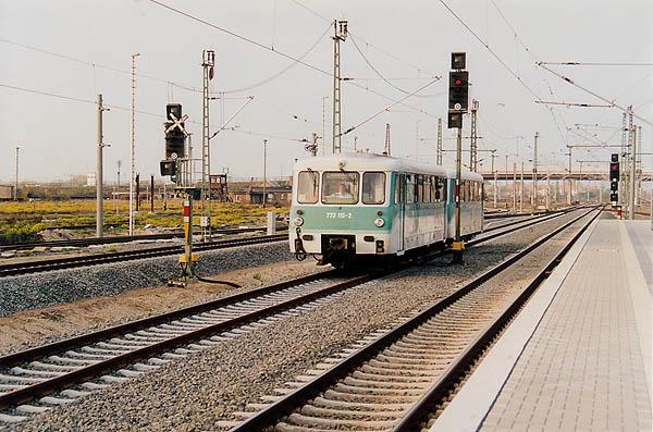Einfahrt in den Endbahnhof Bitterfeld hat am 20.10.2000 die RB 37488. An diesem Tag kam erstmalig auch ein Steuerwagen zum Einsatz. Auf dem Bild fährt Ferkeltaxe 772 115 und 972 715 ein.