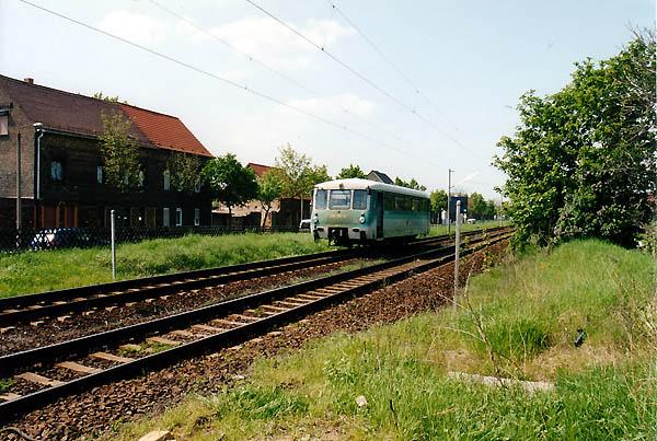 In voller Fahrt ist am 10.05.02 der 772 367 als Leerfahrt aus Wolfen nach Bitterfeld unterwegs. Bei Greppin brummte er am Betrachter vorbei. Da das Abstellgleis im Bahnhof Bitterfeld nach dem Umbau noch nicht genutzt werden konnte, erfolgte die Zwischenabstellung im Bahnhof Wolfen.