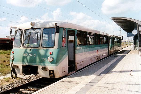 In der warmen Nachmittagssonne, lässt sich 772 117 und 972 717 im Bahnhof Bitterfeld, das Dach bräunen.