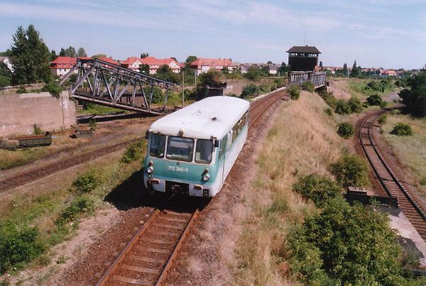 Nach dem Umbau im September 1995 fuhr der Triebwagen 771 045 nun neu unter der Betriebsnummer 772 345. Die Deutsche Bahn AG lies damals einige Triebwagen motorisch umbauen. Im Bitterfelder Industriegebiet war er am 03.08.2002 als RB 37483 nach Stumsdorf anzutreffen.