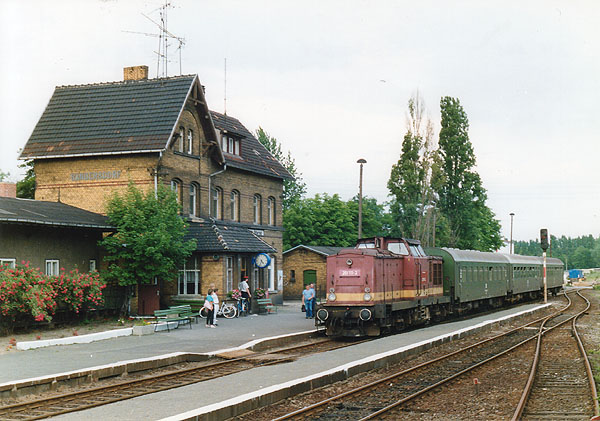 Aus Bitterfeld trifft die 201 111 am 10.06.1992 mit ihrem Nahverkehrszug nach Stumsdorf in Sandersdorf ein.<br>Die Lok hat Rekowagen der Deutschen Reichsbahn am Haken, die noch bis 1995 auf der Strecke zu beobachten waren.