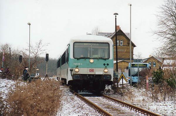 Eine der letzten RegionalBahnen mit einem Triebwagen der BR 628/928 konnte man noch Ende Januar 2001 auf der Strecke beobachten.<br>Ausfahrt hat die RB 37483 mit 628 319 aus dem Bahnhof Sandersdorf.