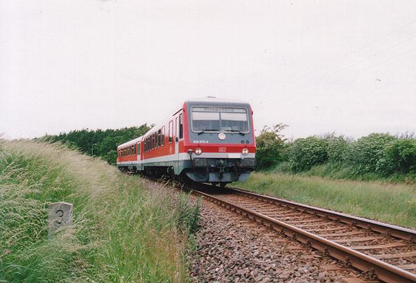 An dieser Stelle wird im Jahr 2002/2003 eine Brücke für die neue Umgehungsstraße Sandersdorf - Bitterfeld/Wolfen der B183 entstehen.<br>Am 05.06.1999 durchfährt 928 575 den lang gezogenen Gleisbogen zwischen Sandersdorf und Grube Antonie.
