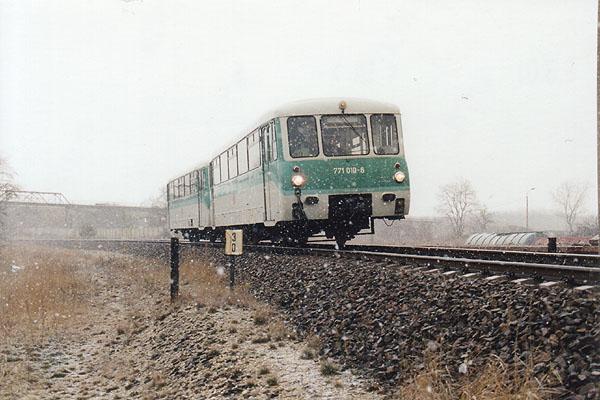 Bei dichtem Schneegestöber wird 771 010 und der angehangene 771 044 in wenigen Augenblicken den Haltepunkt Grube Antonie erreichen.<br>Rechts ist schon die Rangieranlage der Regiobahn Bitterfeld (RBB) zu erkennen.