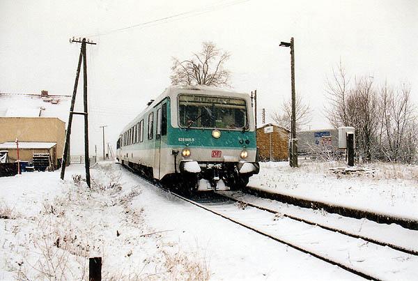 Ein dichtes Schneetreiben herrschte am ersten Weihnachtsfeiertag im Jahr 2000. In Heideloh konnte 628 600 als RB 37489 nach Stumsdorf in Szene gesetzt werden.
