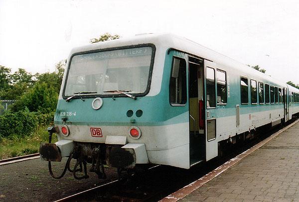 Wegen umfangreichen Bauarbeiten im Bahnhof Bitterfeld, verkehrten die Züge des öfteren nur zwischen Stumsdorf und Sandersdorf.<br>Ab Sandersdorf bestand Schienenersatzverkehr. In Sandersdorf wartet am 22.07.1998 der 628 / 928 235 als RB 17818 nach Stumsdorf auf den Zubringerbus aus Bitterfeld.