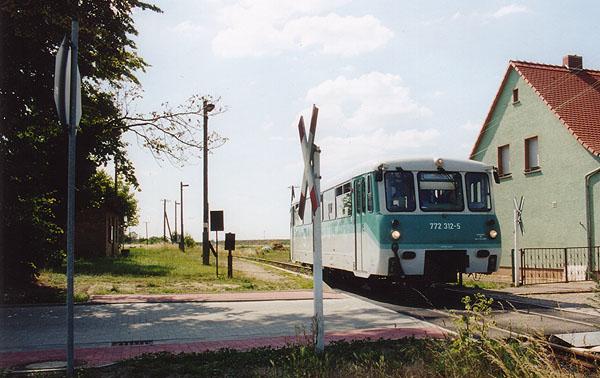 Einige Triebwagen der BR 772 wurden im Juni 2001 neu umbeheimatet. Auch der 772 312 kam von Stendal nach Halberstadt.<br>Dieser durchfährt am 05.07.2001 den Haltepunkt Heideloh.