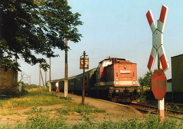 Sven Klein traf am 20.07.1992 die 201 141 in Heideloh an. Damals waren diese Vierwagen-Züge noch typisch. Dieser wurde gebildet aus drei vierachsigen Bghw-Wagen und einem dreiachsigen Gepäckwagen.