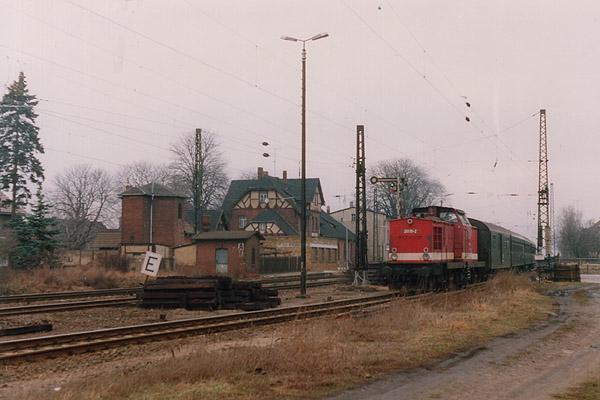 Ausfahrt des N 8131 im Februar 1993 mit 201 111 in Stumsdorf. Zu dieser Zeit fanden Gleisbauarbeiten statt.