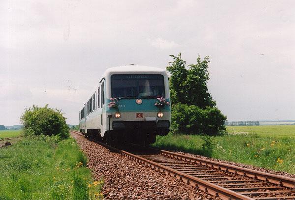 Am Himmelfahrtstag des 13.05.99 ist RB 17814 in Richtung Bitterfeld unterwegs. Das Lokpersonal hat dem 628 257 aus diesem Anlass mit Flieder beschmückt, als er bei Stumsdorf abgelichtet wurde.