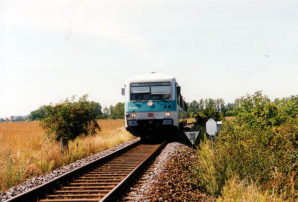 Am 24.08.1999 beschleunigt der 628 580 nach einer 20km/h-Langsamfahrstelle bei Stumsdorf die RB 37484.