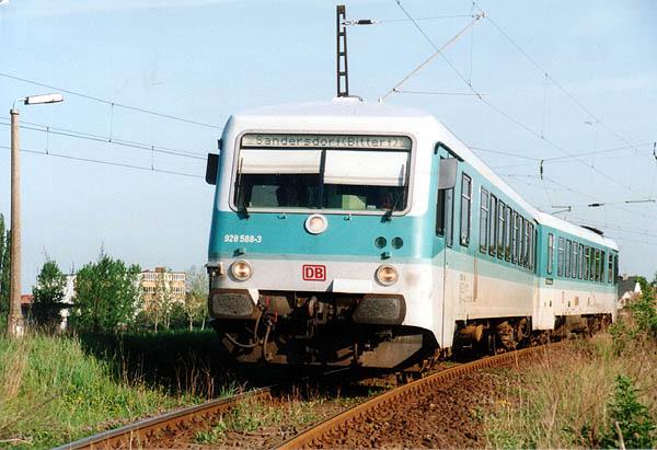 Am 03.05.2000 hat 928 588 gerade den Bahnhof Stumsdorf verlassen und steuert als RB 37478 die nächste Unterwegsstation Zörbig an.<br>Durch Bauarbeiten im Bahnhof Bitterfeld, fuhren die Züge nur bis Sandersdorf. Das restliche Teilstück, wurde im SEV mit Bus gefahren.
