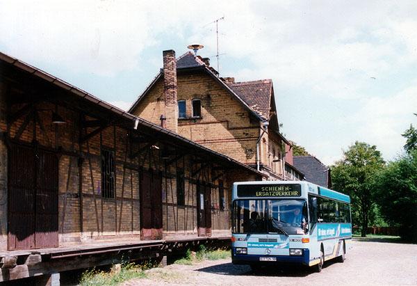 Aufgrund der Bahnsteigerneuerung in Bitterfeld, wurden die Regionalbahnen zwischen Bitterfeld und Stumsdorf zwischen März und August 2000 im SEV mit Bussen erbracht. Am 23.07.2000 erfolgt die Abfahrt von Bus 37483 nach Stumsdorf.