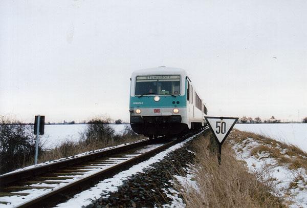 Auch im Jahr 2001 fuhren die Triebwagen der BR 628/928 noch einmal, bis sie zum 05.02.2001 ganz von der Strecke verschwanden.<br>Am 01.01.2001 ist 928 585 in Gestalt der RB 37483 kurz vor Stumsdorf.