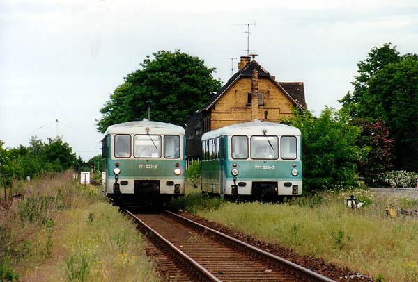 Eine nichtfahrplanmäßige Zugkreuzung konnte man am 26.05.01 in Zörbig entdecken. Auslöser war ein Defekt am rechten Triebwagen 771 038. Fahrplanmäßig jedoch verlief die Fahrt der RB 37491 mit 771 031 nach Stumsdorf.