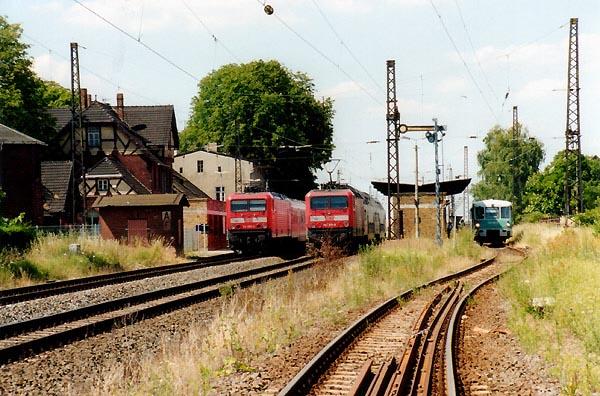 Interessante Zugkreuzungen waren seit dem Fahrplanwechsel im Juni 2001 in Stumsdorf zu beobachten. Auf dem Weg nach Halle/S. (links) steht am Gleis 1 die RB 36523 mit der Lok 114 009. In Richtung Magdeburg steht am Gleis 2 (Mitte) die RB 36522 mit der Schlußlok 143 571.<br>Nach der Zugkreuzung wird sich dann in wenigen Augenblicken die RB 37486 mit 772 312 (rechts) auf die Fahrt nach Bitterfeld begeben.