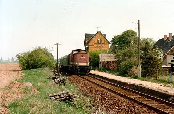 Nach dem planmäßigen Halt beschleunigt am 16.06.1993 der N 8131 mit der 201 141 aus dem Bahnhof von Großzöberitz in Richtung Stumsdorf.