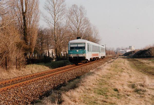 An einem kalten, aber schönen Februartag hat die RB 8140 fast den Bahnhof Zörbig erreicht. Der Triebwagen 928 589<br>hat zu diesem Zeitpunkt noch die Jägermeister- Werbeanschrift dran, die heute keine Triebwagen mehr zieren.