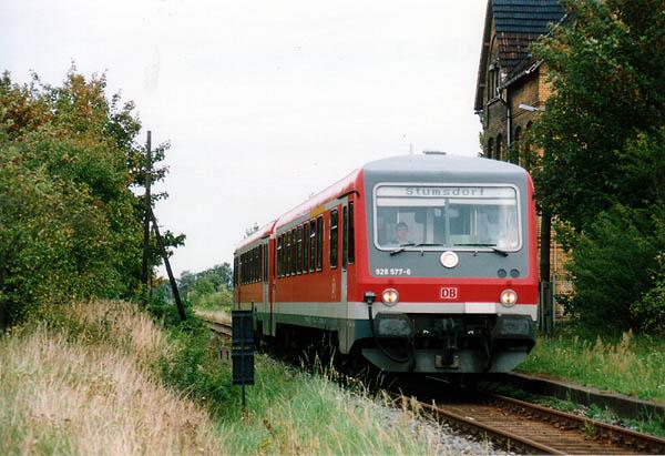 Zum DB-Fahrzeugbestand der Einsatzstelle Leipzig gehörte auch der neu zugeordnete Triebwagen 628/928 577 in neuer roter Farbgebung.<br>Dieser durchfährt am 19.08.00 den Haltepunkt Großzöberitz, als RB-Leistung nach Stumsdorf.
