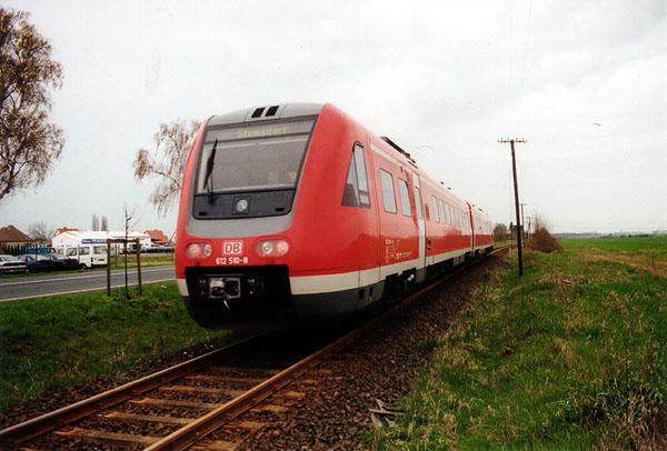 Eine sehr ungewöhnliche Fuhre war am 17.04.2001 auf der Bahnstrecke zu sehen. Ein Neigetechnikzug der Baureihe 612 ersetzte die ausgefallene Ferketaxe. In Großzöberitz konnte RB 37483 nach Stumsdorf beobachtet werden.