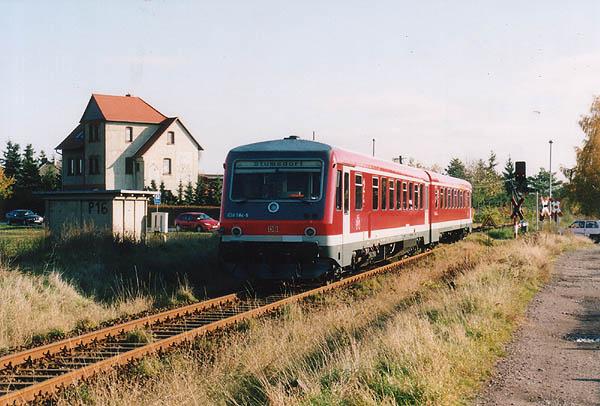 Mit ausgeschaltenem Spitzenlicht, hat der 628 584 gerade die östliche Einfahrtskurve von Zörbig hinter sich gelassen und fährt am 05.11.2000 in den hiesigen Bahnhof ein.
