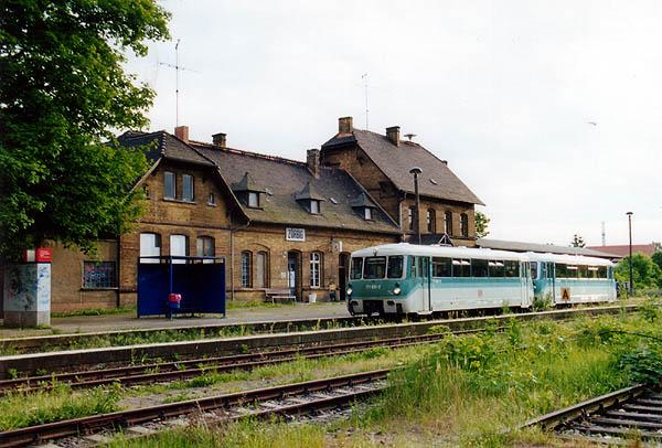 Wegen eines Getriebeschadens am Triebwagen 771 034 musste dieser von 771 031 am Abend des 26.05.2001 ab Zörbig abgeschleppt werden.<br>Nach dem Kuppelvorgang wartet das Gespann im Bahnhof Zörbig als RB 37492 Stumsdorf-Bitterfeld auf seine verspätete Abfahrt.